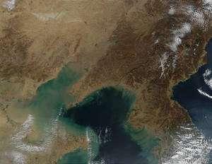 Cliquer pour agrandir. Les estuaires des trois plus grands fleuves de Chine dans la Baie de Corée et la Mer Jaune : le Xi, le Hai et le Fleuve Jaune. © Jacques Descloitres, MODIS Land Rapid Response Team, Nasa / GSFC