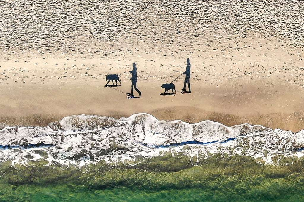 Quatre ombres sur une plage à Odessa, Ukraine. © qliebin, Dronestagram
