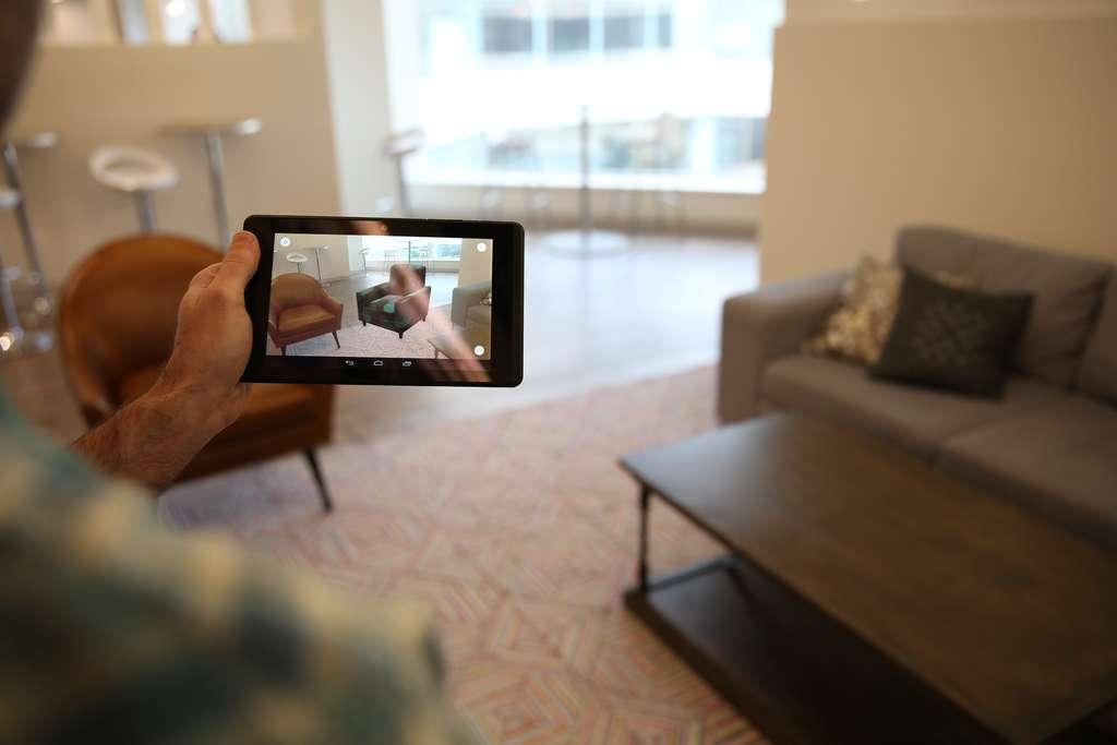 Parmi les exemples d'applications mis en avant par Lenovo pour son smartphone Phab Pro 2 figure la possibilité d'insérer des objets virtuels dans l'environnement physique. Pratique par exemple pour se faire une idée de l'effet d'un nouveau meuble. © Lenovo