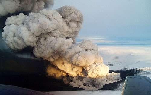 Volcan Grimsvötn – Islande – 1er novembre 2004 - Une dépressurisation des terrains recouvrant le volcan Grimsvötn déclenche une éruption phréato-magmatique.
