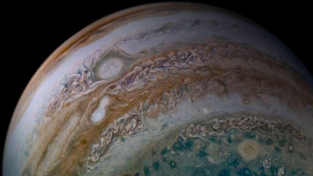 La bande équatoriale de couleur ocre est éventrée par les deux anticyclones de forme ovale qui fusionnent. Oval BA, juste au-dessus, est peut-être l'instigateur de cette union qui s'est déroulée sous les yeux de la sonde Juno. © Nasa, JPL-Caltech, SwRI, MSSS, Tanya Oleksuik CC BY