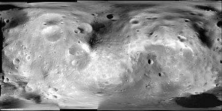 Planisphère de Phobos, composée de 53 photos obtenues par le Super Resolution Channel, l'une des composantes de l'instrument HRSC de Mars Express. Crédit Esa/DLR/FU Berlin (G. Neukum)