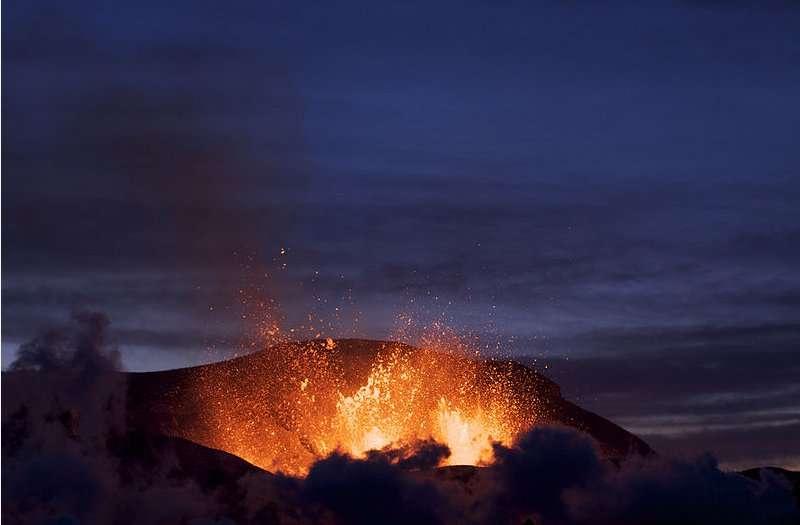 Éruption du volcan Eyjafjöll au niveau du col de Fimmvörðuháls au crépuscule. © Boaworm