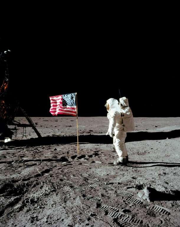 Buzz Aldrin au garde-à-vous devant le drapeau américain planté sur la Lune. © Nasa, AFP archives
