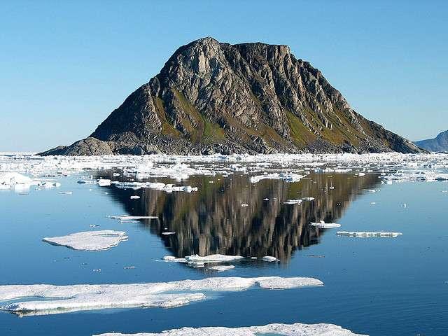 Environ 2.240 personnes habitent au Svalbard, principalement sur Spitzberg. Les îles se situent au-delà du cercle polaire arctique. Le soleil de minuit dure du 20 avril au 23 août. La nuit polaire s'étend quant à elle du 26 octobre au 15 février. © Kenyai, Flickr, CC by-nc-nd 2.0