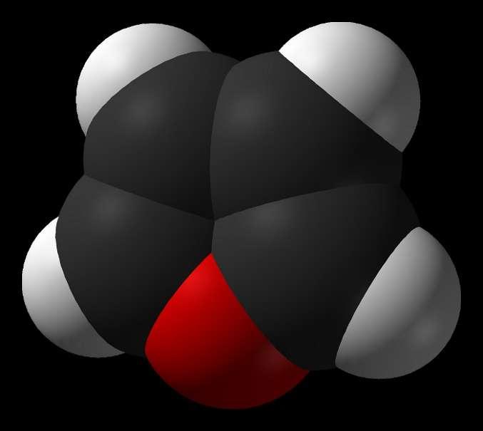Le furane est une molécule hétérocyclique, avec quatre atomes de carbone (noir) et un atome d'oxygène (rouge), et des atomes d'hydrogène (blanc) sur chaque carbone. © Ben Mills, Wikimedia, domaine public