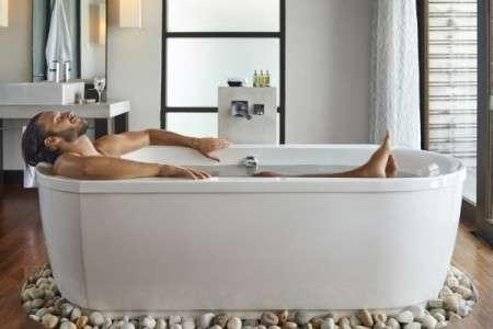 Prendre un bain chaud 1 à 2 heures avant le coucher favoriserait le cycle circadien naturel et augmenterait les chances de s'endormir rapidement ainsi que d'avoir un sommeil de meilleure qualité. © DaniloAndjus, IStock.com