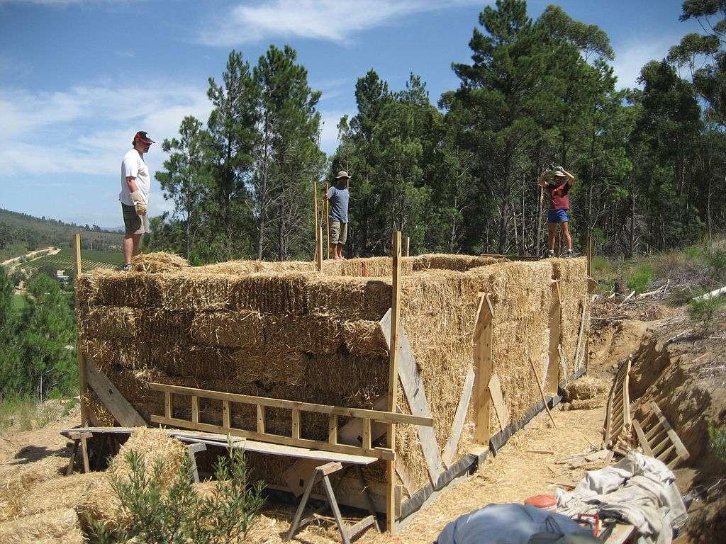 Constructions et montages des murs porteurs en ballots de pailles.© Philipp, CC by-sa 2.0