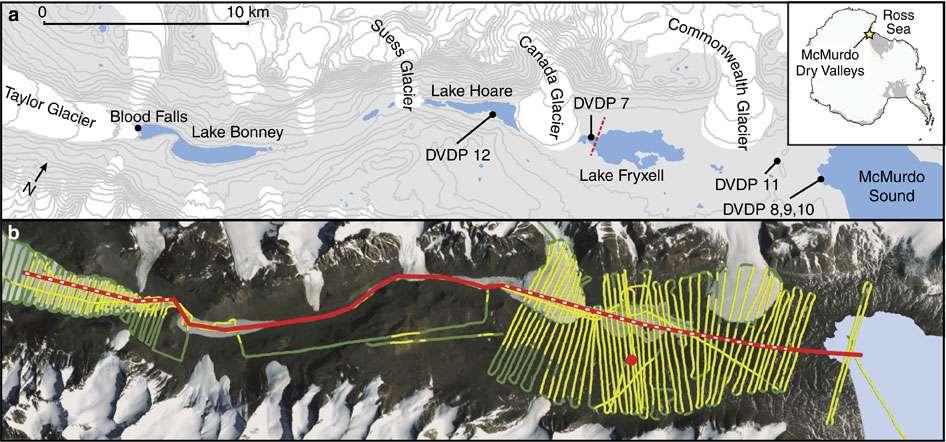 Des poches d'eau très salée ont été découvertes dans les vallées sèches de McMurdo. La ligne sur la carte du bas indique le cheminement de l'hélicoptère. Les parties jaunes représentent les zones sondées. Les points notés DVDP sur la carte du haut indiquent les forages du projet Antarctic Dry Valley Drilling Project. © J. A. Mikucki et al., Nature Communications, 2015