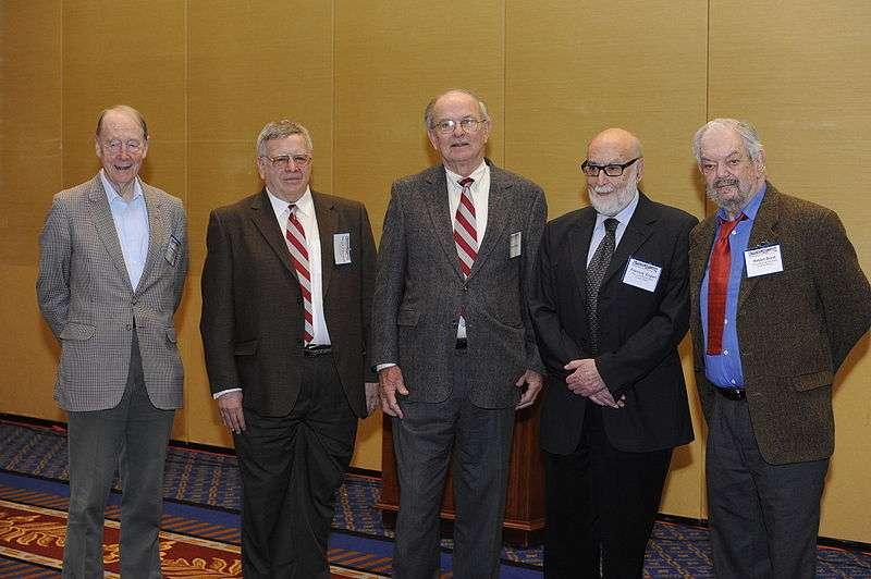De gauche à droite, les physiciens Kibble, Guralnik, Hagen, Englert et Brout, les codécouvreurs du mécanisme de Brout-Englert-Higgs, expliquant la masse des particules du modèle standard, lors de la remise du prix Sakurai, en 2010. Hélas, Robert Brout n'est plus parmi nous. © Wikipédia, DP