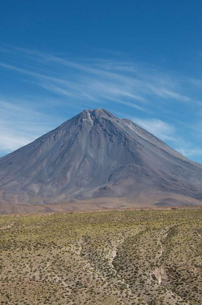 Le Licancabur, volcan dressé au milieu de l'Atacama