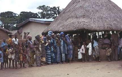 Photo : 10 - Rassemblement des habitants d'un village pour le dépistage de la maladie du sommeil. © Gérard Duvallet