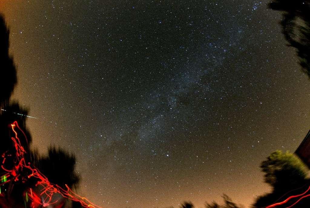 Fonçant vers l'horizon, le bolide du 2 août a été photographié depuis l'Auvergne. © David Neel/Albireo 78