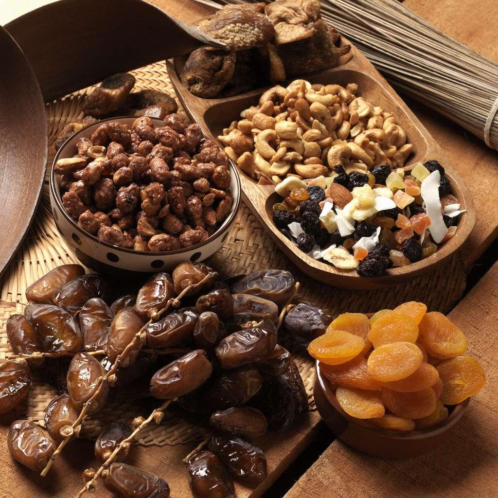 Savoureux mélange de fruits secs : dattes, abricots, figues, noix de cajou, raisins, etc. © peterphoto_92, fotolia