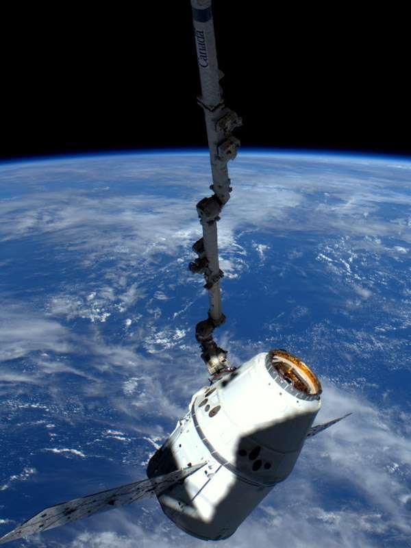 La version fret de la capsule Dragon de SpaceX, amarrée à l'ISS lors de son vol de démonstration (mai 2012). La Nasa vient d'autoriser le premier lancement des 12 missions commerciales de ravitaillement de l'ISS qu'elle a commandées à SpaceX (octobre 2012). © Nasa
