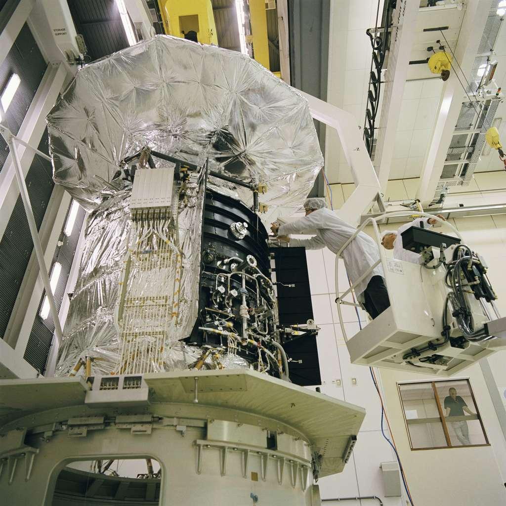 Préparation du satellite Herschel à des essais thermiques sous vide et des tests de ses sous-systèmes à l'Estec, le centre technique de l'Esa, en septembre 2005. © Esa