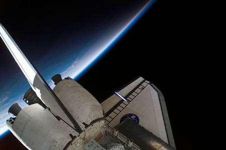 Figure 6 : Une fine pellicule, qui paraît bien fragile face à l'immensité du vide, voilà à quoi ressemble l'atmosphère terrestre vue depuis l'espace © NASA