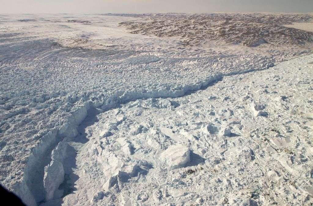 Le front du glacier groenlandais Jakobshavn Isbræ. En 2012, il a reculé de 1 km et autant en 2013. D'ici la fin du siècle, les scientifiques s'attendent à un recul total de 50 km. © Nasa Goddard Photo and Video, Flickr, cc by 2.0