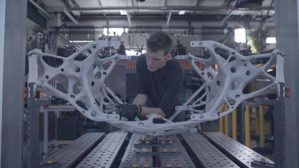 L'un des membres de l'équipe du projet assemble les composants au Centre technologique d'Autodesk à San Francisco. © Autodesk