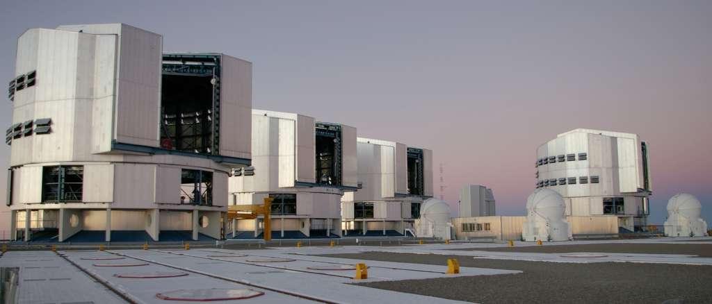 Le VLT est un ensemble de quatre télescopes principaux (appelés UT pour Unit Telescopes) et de quatre auxiliaires (appelés AT pour Auxiliary Telescopes). Il est situé à l'observatoire du Cerro Paranal dans le désert d'Atacama au nord du Chili, à une altitude de 2.635 m. © Rivi, Wikimedia Commons, cc by sa 3.0