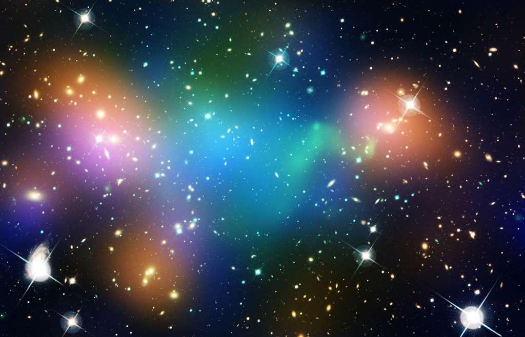 Sur cette photo composite on voit en vert les émissions dans le domaine des rayons X vues par Chandra, en bleu la distribution de matière noire déduite par effet de lentille gravitationnelle des observations de la WFPC2 de Hubble, en orange la distribution de lumière stellaire vue par le CFHT associée aux amas de galaxies de Abell 520. © Nasa, Esa, CFHT, CXO, M.J. Jee (University of California, Davis) et A. Mahdavi (San Francisco State University)