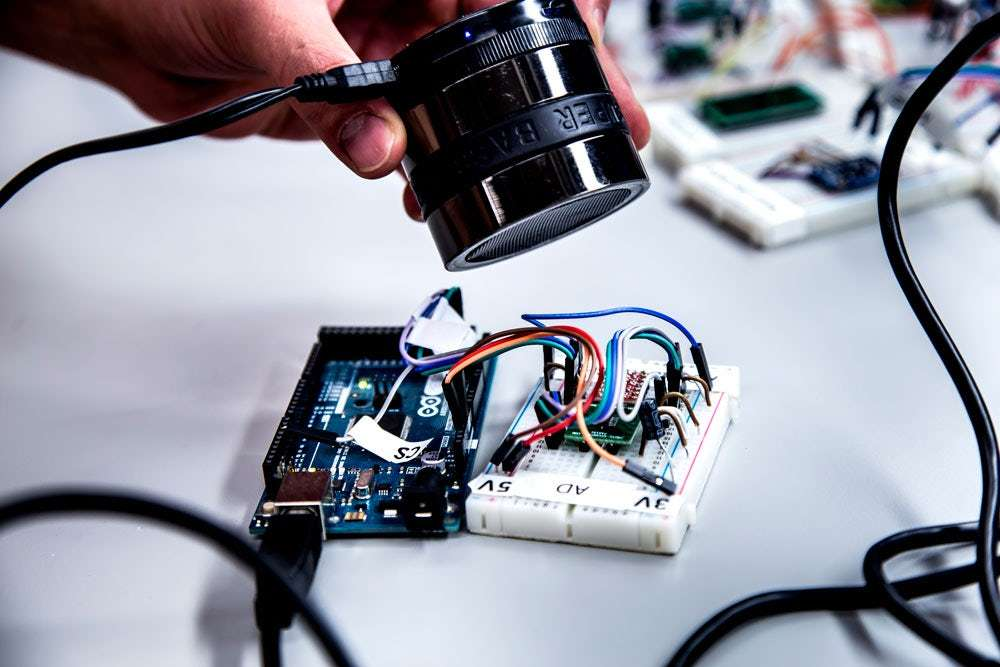 Pour fonctionner, le piratage d'un accéléromètre par ondes acoustiques doit se faire à distance très courte. Durant leurs essais, les chercheurs de l'université du Michigan ont travaillé à 10 cm de la cible. © Joseph Xu, Michigan Engineering