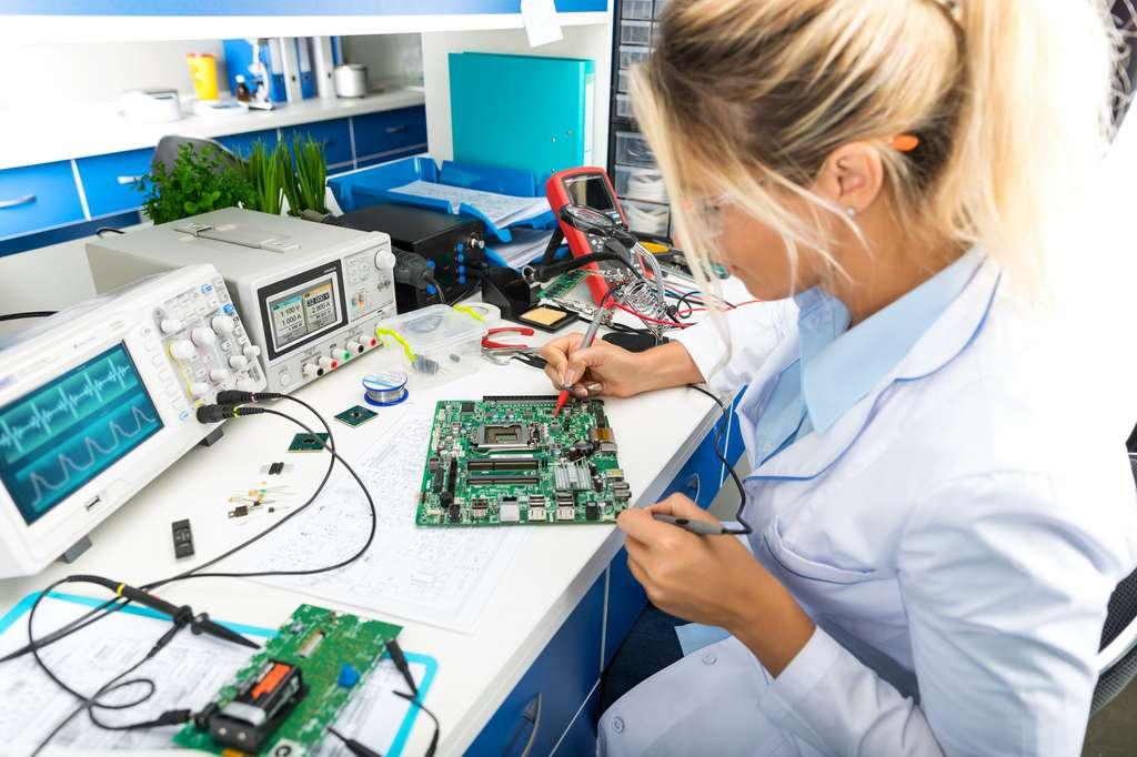 S'il est ingénieur d'essai, l'ingénieur électronique est en charge de réaliser un prototype et de le tester. @ Scanrail, Fotolia