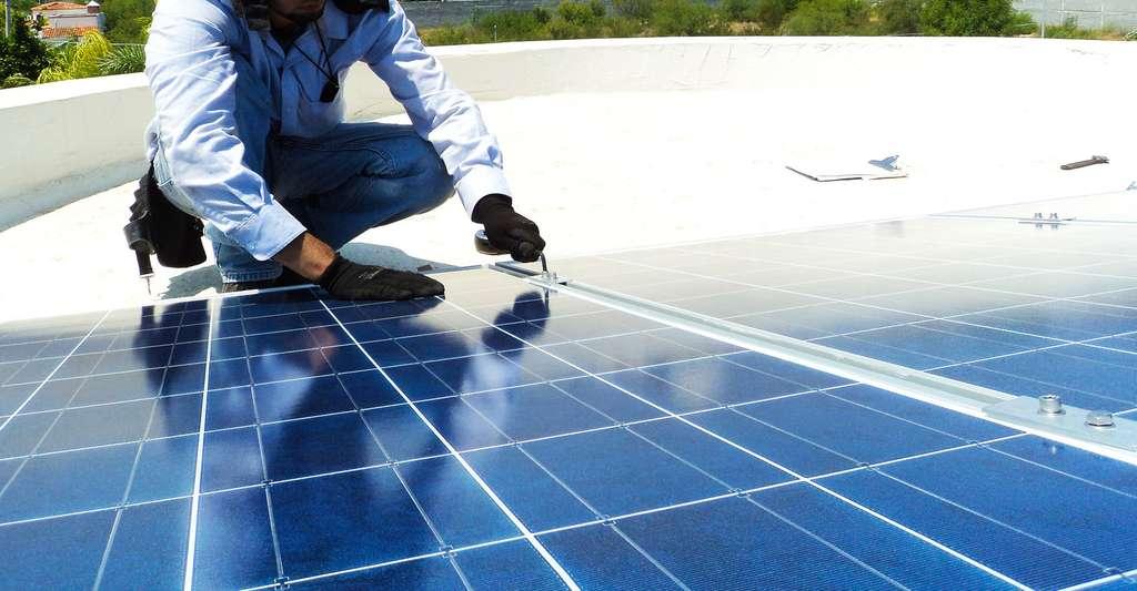Installation de panneaux solaires. © Chrischesneau, Pixabay, DP