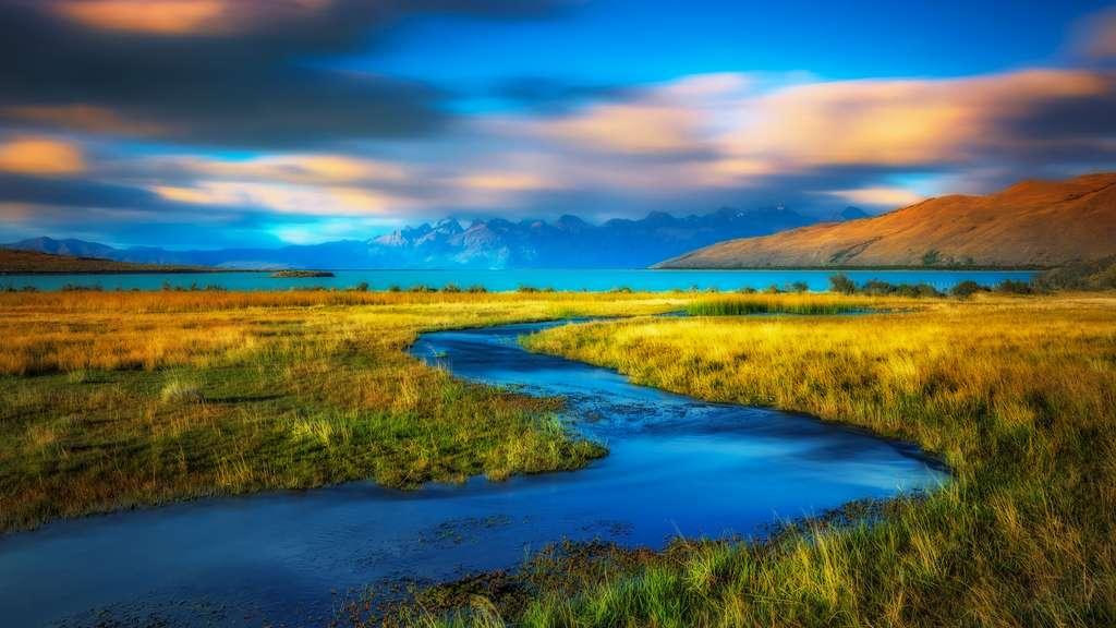 Des méandres de rivières se jettent dans le lac Viedma