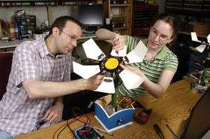 Christopher Bartley et Emily Hamner, de l'Institut de robotique de l'université Carnegie Mellon, avec leur robot de type Terk (Telepresence Robot Kit), une technologie mise au point par ce même groupe et permettant de commander un système robotisé via Internet. © Ken Andreyo/CMU