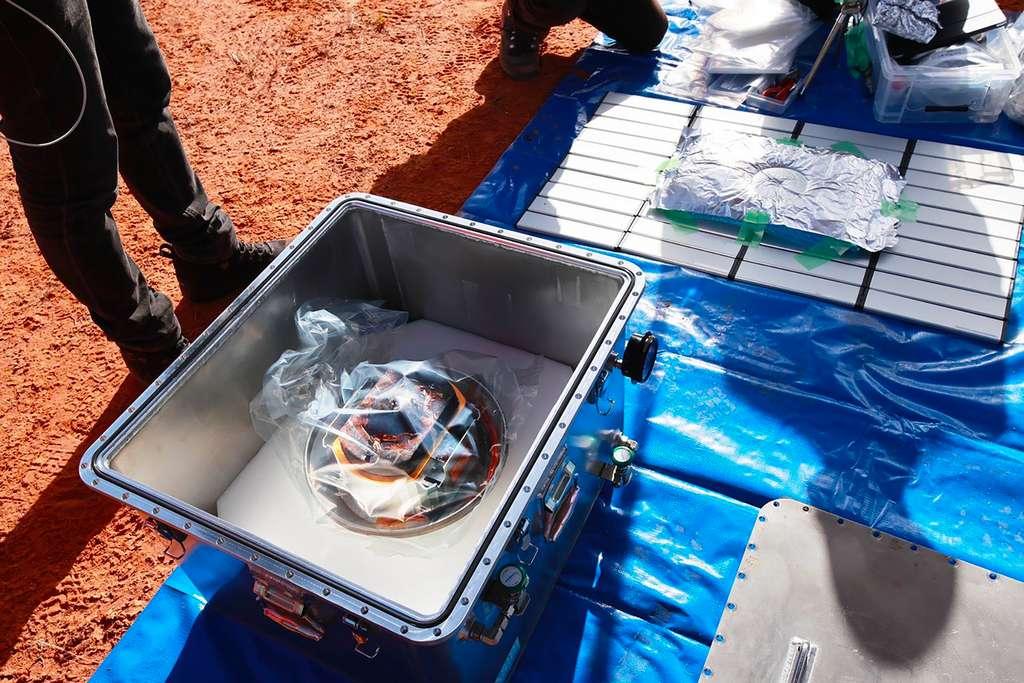 Le conteneur qui abrite les échantillons de l'astéroïde Ryugu. Les scientifiques s'attendent à ce que plus de 100 milligrammes ont été récupérés. © Jaxa