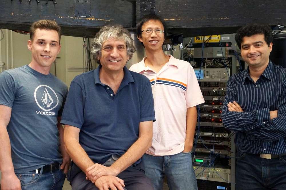 Au premier plan, le physicien John Martinis qui explore la voie menant aux ordinateurs quantiques performant basée sur des qubits portés par des circuits supraconducteurs. © UC Santa Barbara