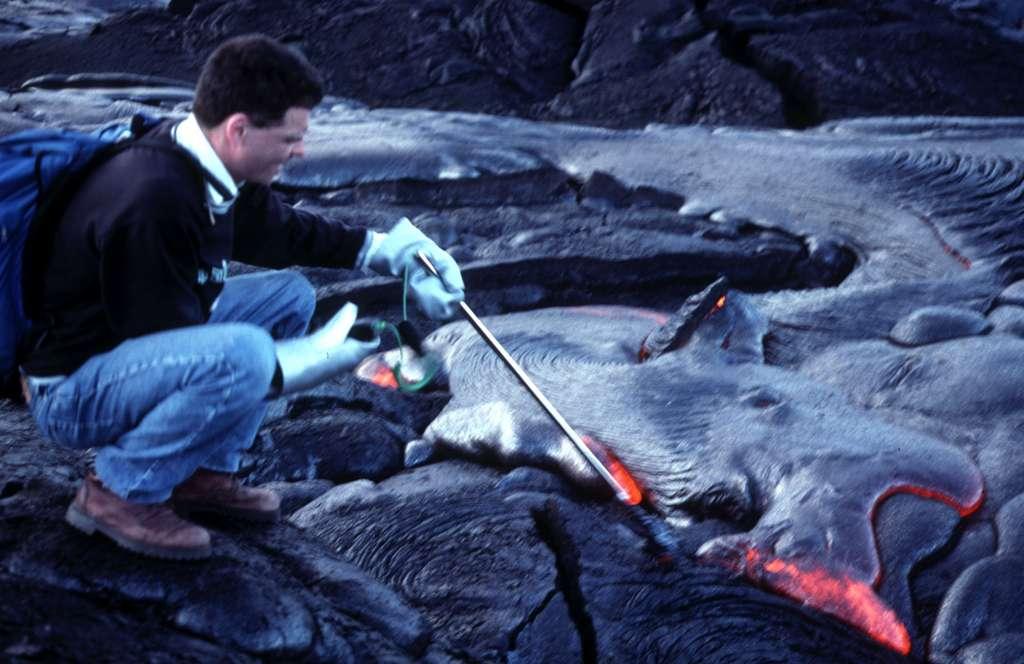 Jacques-Marie Bardintzeff mesure la température de la lave au Kilauea à Hawaï en 2001. © Jacques-Marie Bardintzeff, tous droits réservés