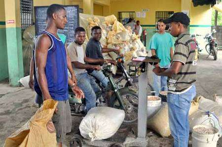Pendant la saison de récolte, les producteurs apportent quotidiennement leurs fèves de cacao à la coopérative. © Max Havelaar