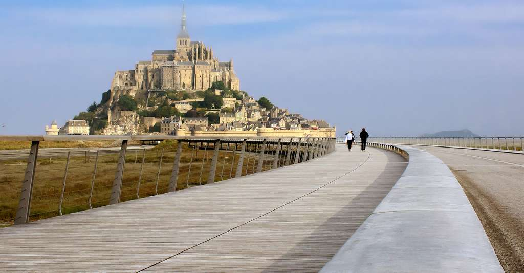 Le Mont-Saint-Michel avec son pont-passerelle réalisé durant les travaux de 2005-2015. © Pierre Guezingar, CC by-nc 2.0