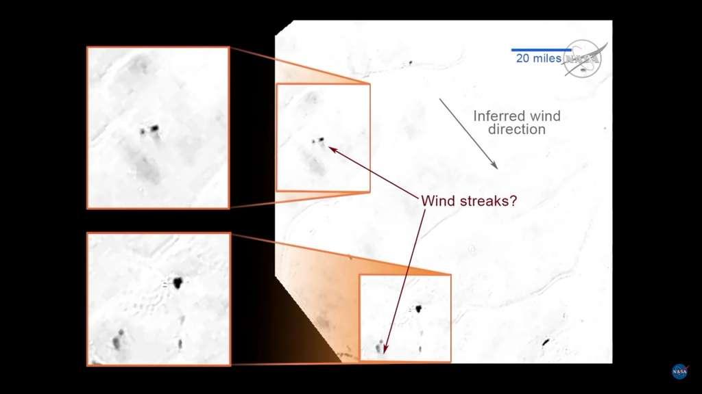 Sur la blanche plaine Spoutnik, des formes noires sont flanquées de zones grises, toutes orientées dans le sens (Wind streaks?). Ce pourrait être des poussières emportées par le vent, ce qui permet d'en déduire la direction (Inferred wind direction). © Nasa/JHUAPL/SWRI