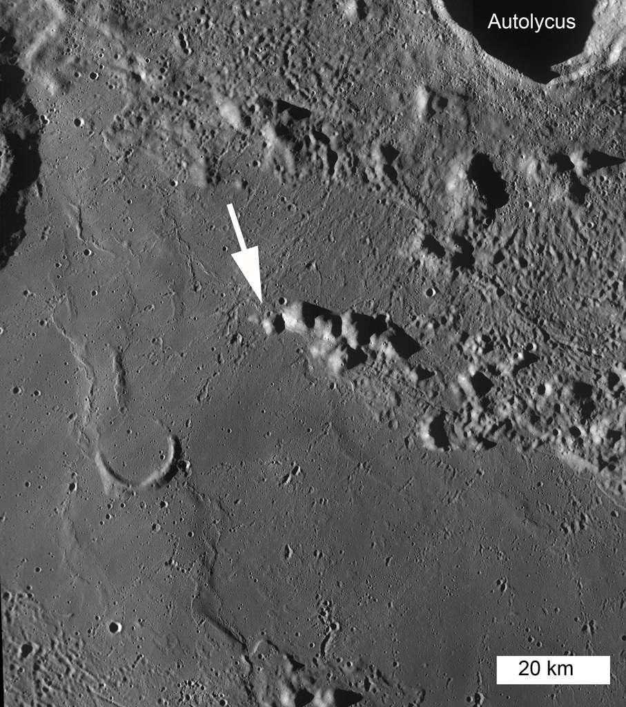 Vue générale des collines autour du cratère lunaire Autolycus. La flèche indique le dôme percé que l'orbiteur LRO a photographié en haute résolution. © Nasa, GFSC, Arizona State University