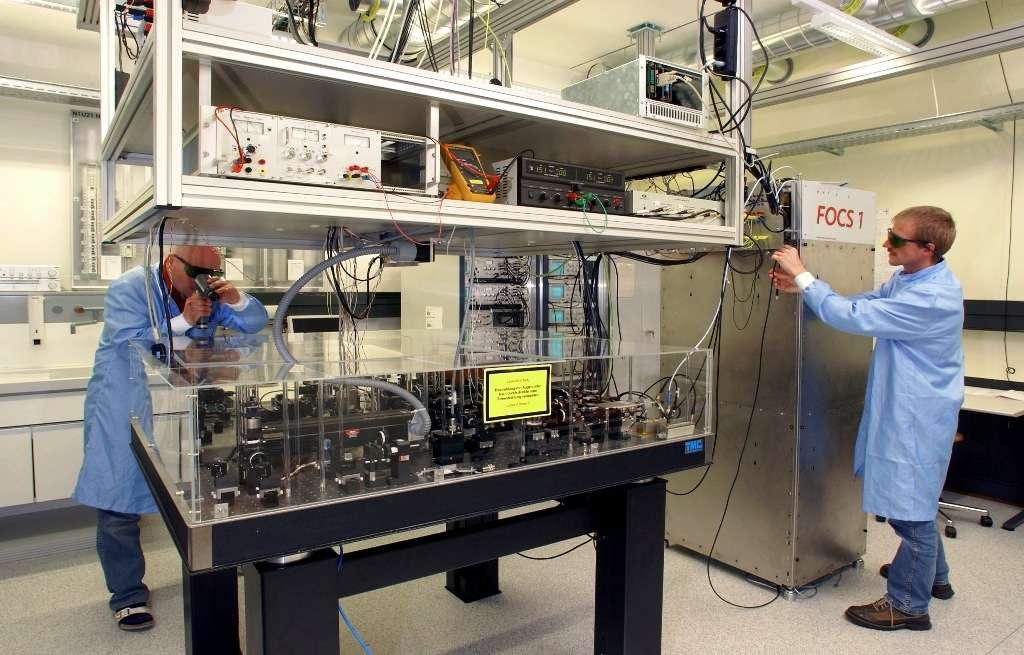 La caractéristique d'une horloge atomique est d'utiliser des atomes en guise de balancier : leurs oscillations sont en effet parfaitement stables et reproductibles. La durée d'observation de ces oscillations est cruciale : plus elle est longue, meilleure sera l'horloge. Le projet de recherche Fontaine continue suisse (FOCS) a permis de construire des horloges atomiques parmi les plus précises du monde. On voit ici FOCS 1 qui est la première horloge atomique utilisant un jet continu d'atomes froids. FOCS 1 ne dérive que d'une seconde en 30 millions d'années. © Metas