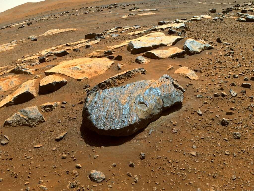 La roche basaltique « Rochette » dans laquelle deux échantillons ont été prélevés. © Nasa, JPL/Caltech