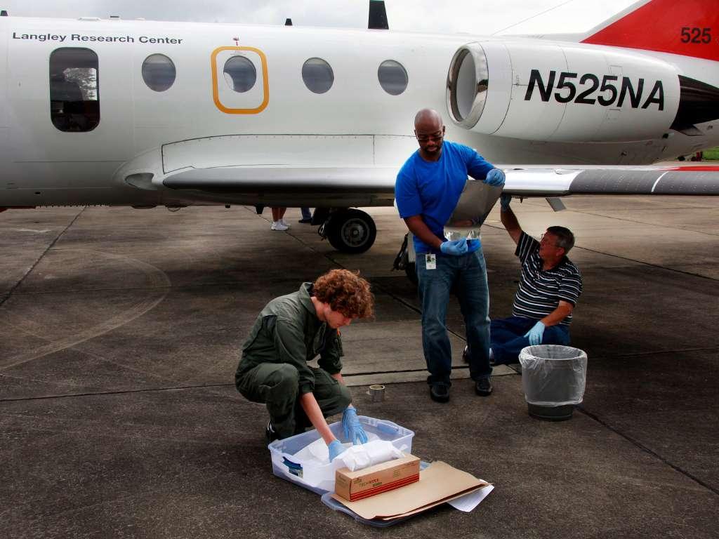 Le HU-25C Guardian Falcon du Langley Research Center reçoit un revêtement qui devrait limiter la fixation des insectes sur les ailes durant un vol. © David C. Bowman, Nasa Langley Research Center