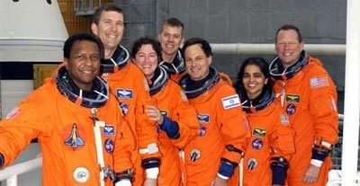 Les 7 membres d'équipage posant devant la navette Columbia. De gauche à droite : Michael Anderson (USA), Rick Husband (USA), Laurel Clark (USA), William McCool (USA), Ilan Ramon (Israël), Kalpana Chawla (USA), David Brown (USA).