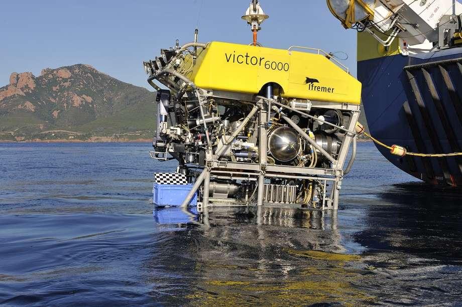 Le Victor 6000 est un ROV, c'est-à-dire un engin téléguidé. Il est piloté depuis le navire auquel il est relié par un câble, qui lui apporte aussi l'énergie. © Ifremer
