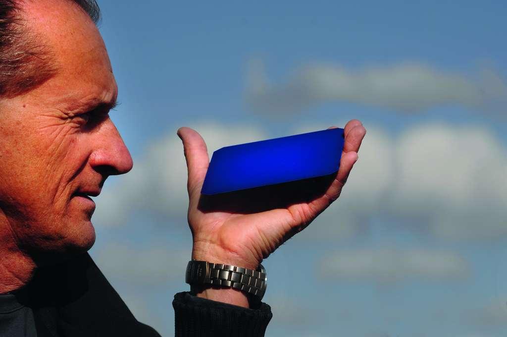 André Borschberg tenant une cellule solaire. © DR