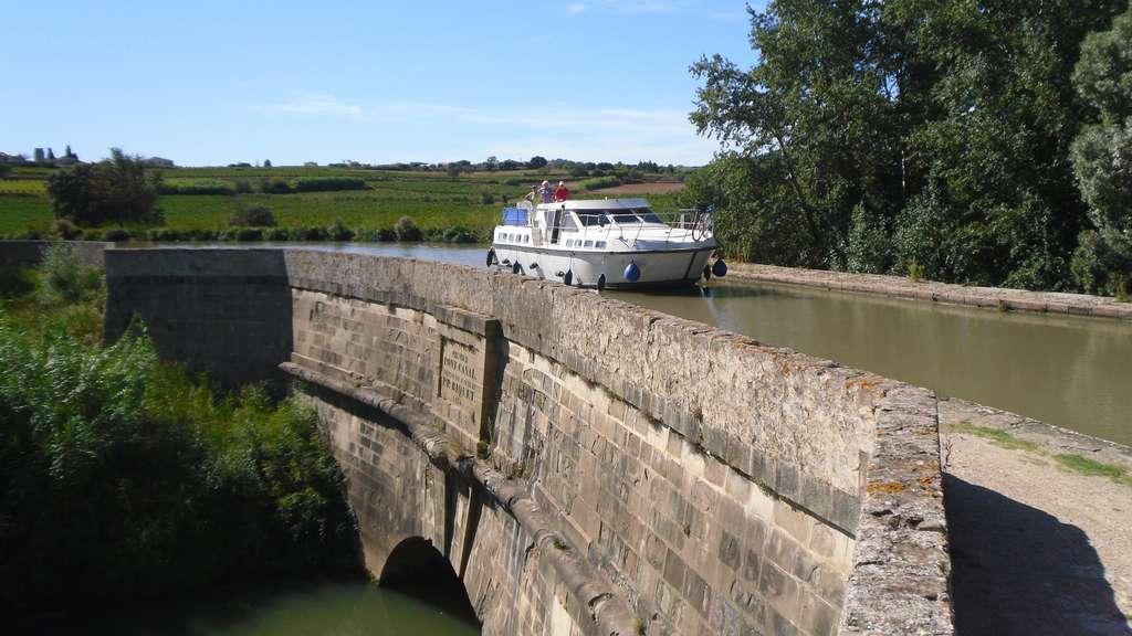 Canal du Midi, pont-canal du Répudre à Ventenac-en-Minervois, construit entre 1676 et 1680 ; cliché Arno Lagrange. © Wikimedia Commons, domaine public.
