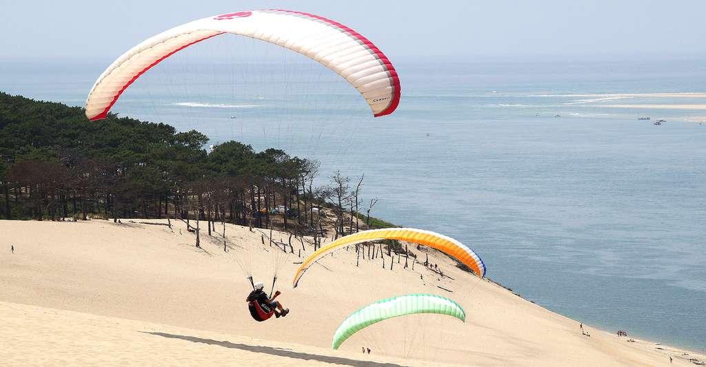 Rien de tel que le parapente pour visiter la dune du Pyla. © Dennis Buntrock, DP