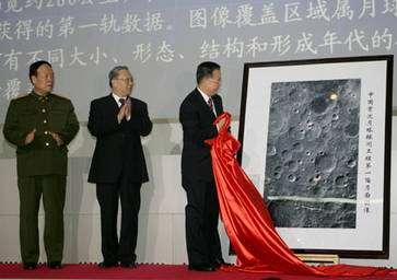 Le Premier Ministre Wen Jiabao (qui retire le tissu rouge) dévoile la première image lunaire de la sonde chinoise, un moment historique. © Xinhua