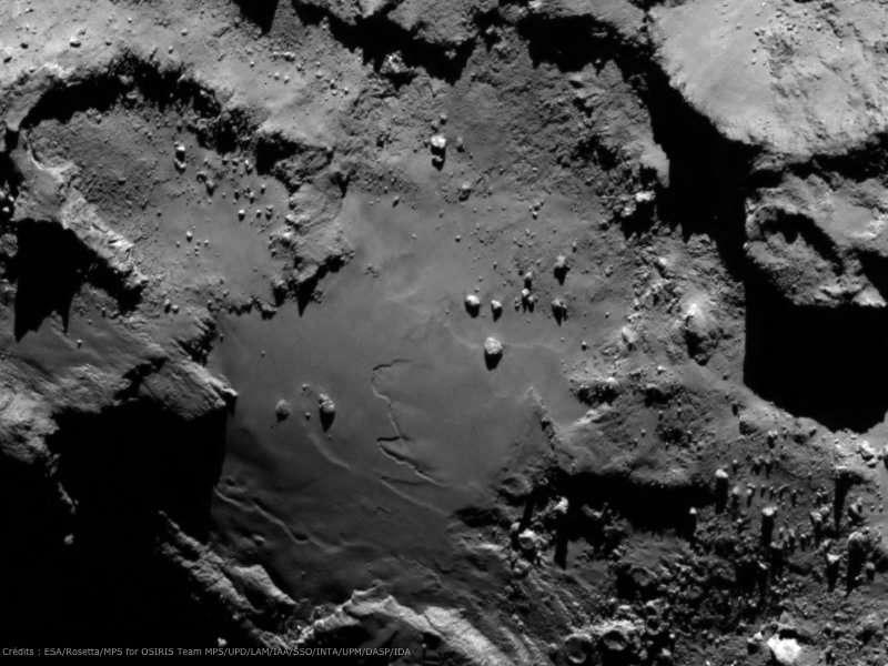 Une autre image prise par l'instrument Osiris, montrant une zone relativement lisse, bordée de reliefs escarpés. Rosetta était alors à 130 km de la comète. La résolution est de 2,4 m par pixel. © Esa/Rosetta/MPS for Osiris Team/UPD/LAM/IAA/SSO/INTA/UPM/DASP/IDA