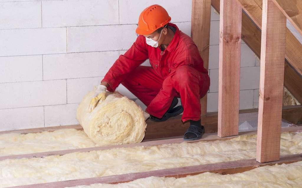 Pour isoler un plancher de combles perdus, on peut avoir recours à une laine de verre dont la conductivité thermique est élevée, car l'espace disponible est important. © kuchina, Fotolia