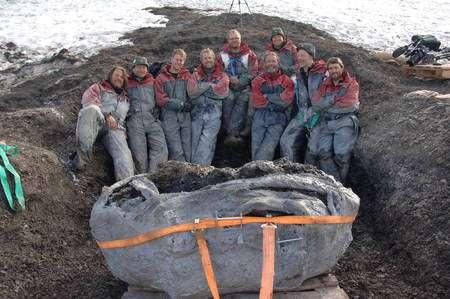 L'équipe des découvreurs, dans les hauteurs glacées du Spitzberg, devant les restes fossilisés.© Natural History Museum, University of Oslo