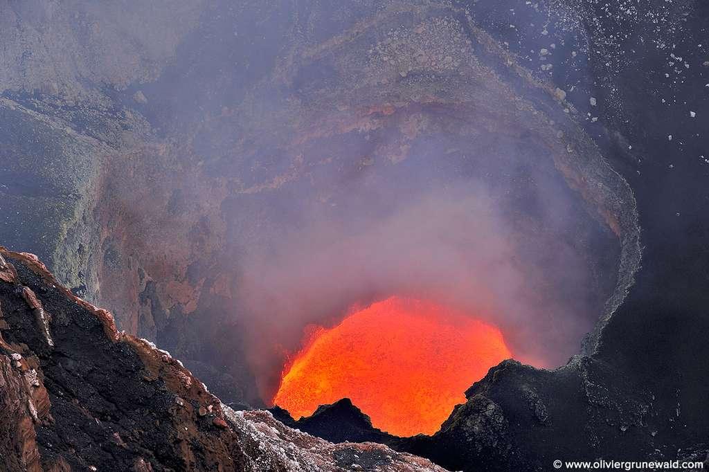 Le lac de lave bouillonnant du volcan Marum
